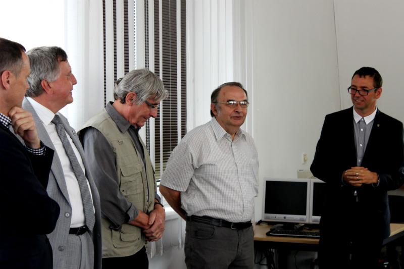 Odhalení okna se zúčastnili i pánové Kämpfe (druhý zprava) a Hirsch (třetí zprava). Foto: M. Polák