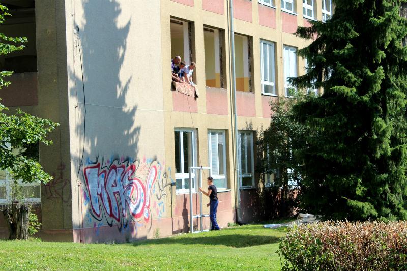 Dělníci při výměně oken. Foto: Martin Polák