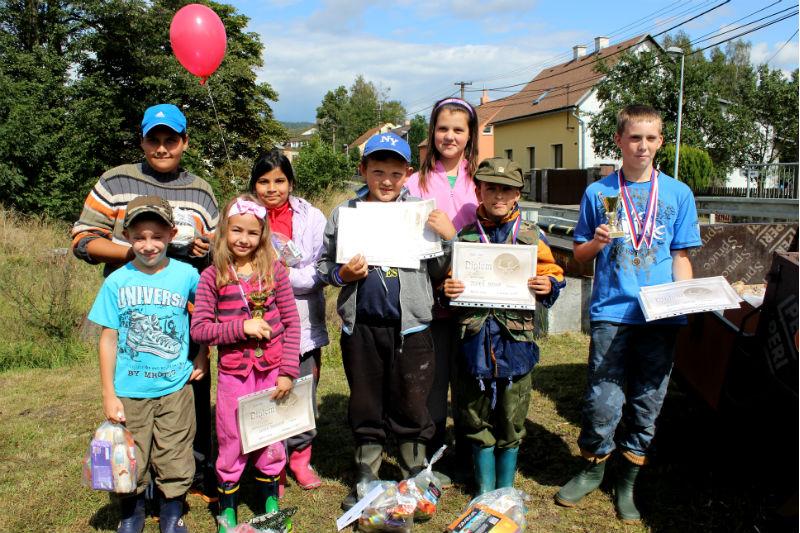 Účastníci rybářského závodu po ocenění. Foto: Martin Polák