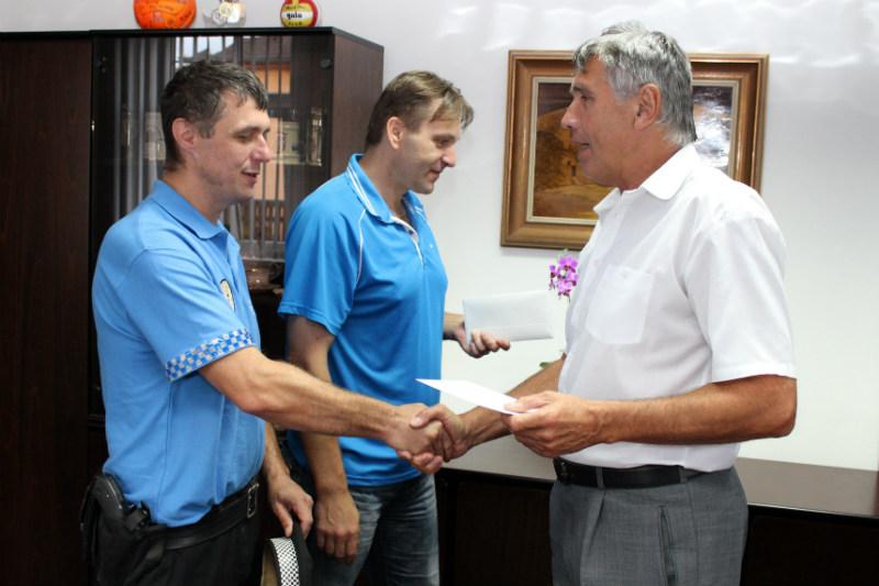 Strážníkům pogratuloval i starosta Josef Hora. Foto: Martin Polák