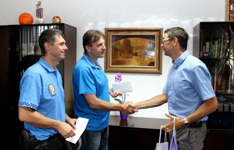 Zdenek Nekys, Ladislav Staněk a Patrik Pizinger (zleva) v kanceláři starosty při předání dárků.
