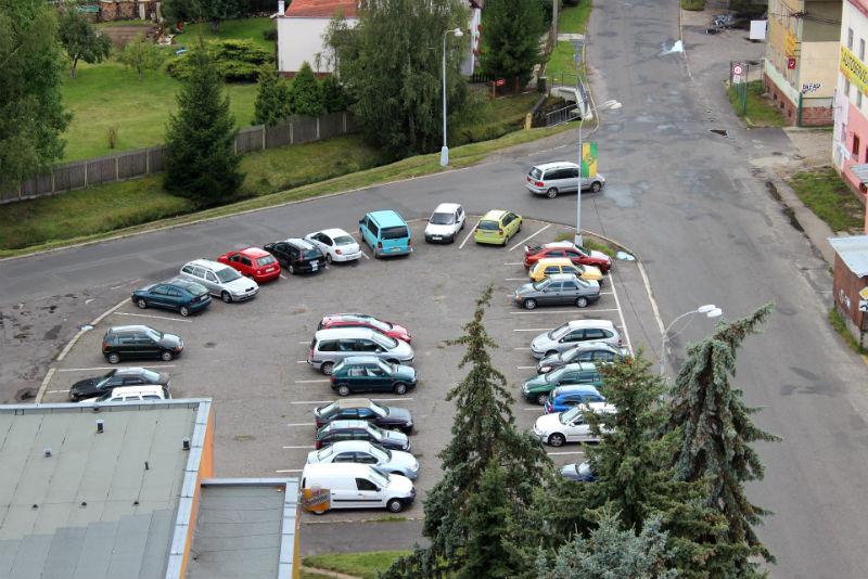Parkoviště naproti bývalým skladům by se mohlo dočkat změn. Foto: Martin Polák