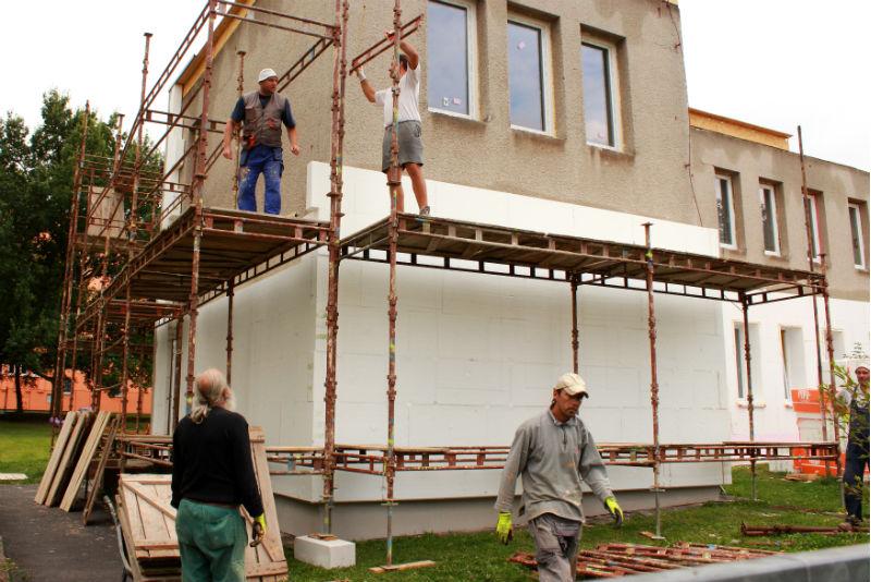 Dělníci při stavbě lešení kolem školky. Foto: Martin Polák