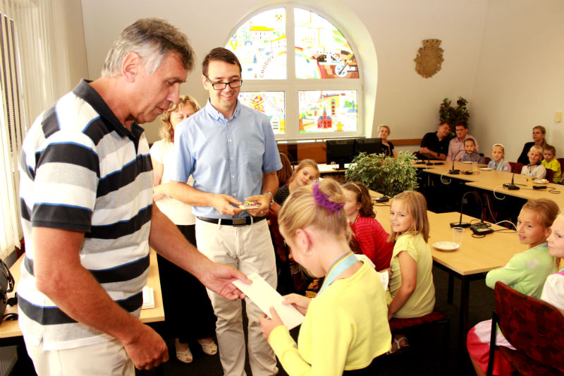 Starosta Josef Hora a místostarosta Patrik Pizinger předávají dětem dárky. Foto: Martin Polák