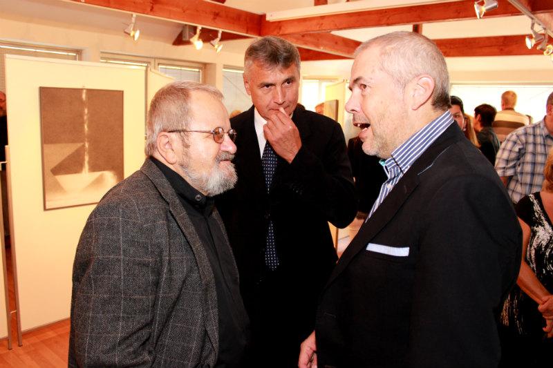 Jiří Jun (vlevo) diskutuje se starostou Chodova Josefem Horou a Markem Ebenem. Foto: Martin Polák