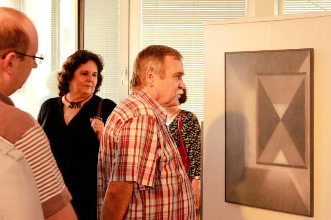 Návštěvníci si prohlíží obrazy Jiřího Juna. Foto: Martin Polák