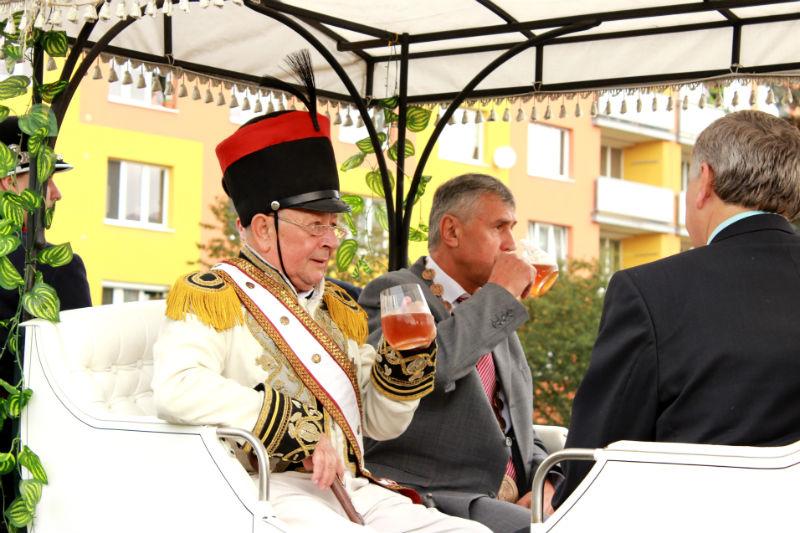 Císař Franz Josef  I se starostou Josefem Horou v kočáře popíjeli pivo. Foto: Martin Polák