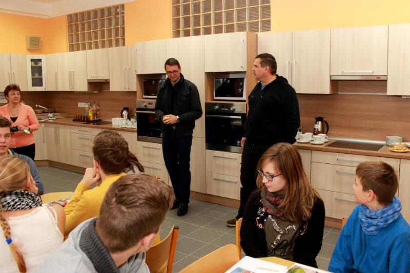 Patrik Pizinger (vlevo) a Libor Dočkal v nové kuchyňce při zahájení sobotní akce. Foto: M. Polák