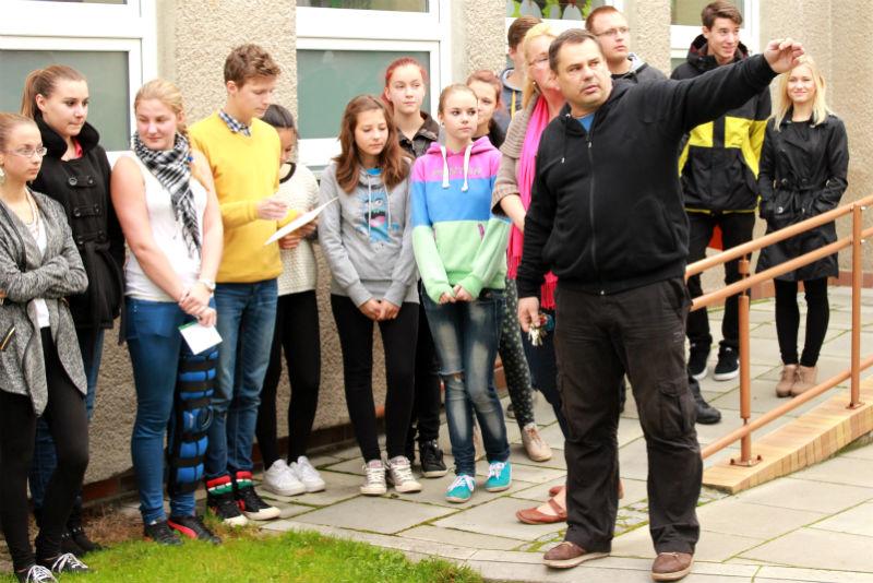 Ředitel Libor Dočkal ukazuje dětem prostory školní zahrady. Foto: Martin Polák