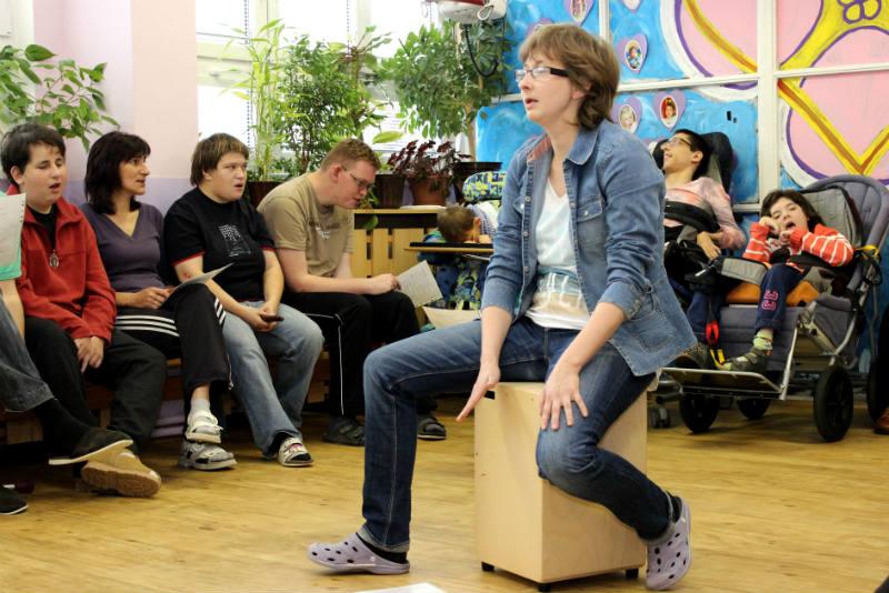 Klienti stacionáře při středečním hudebním pásmu. Foto: Martin Polák