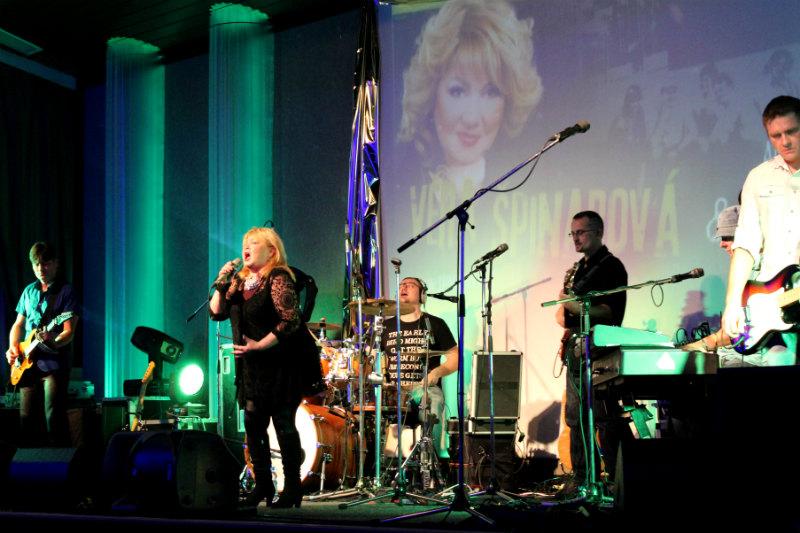 Věra Špinarová s kapelou při středečním koncertu v KASSu. Foto: Martin Polák