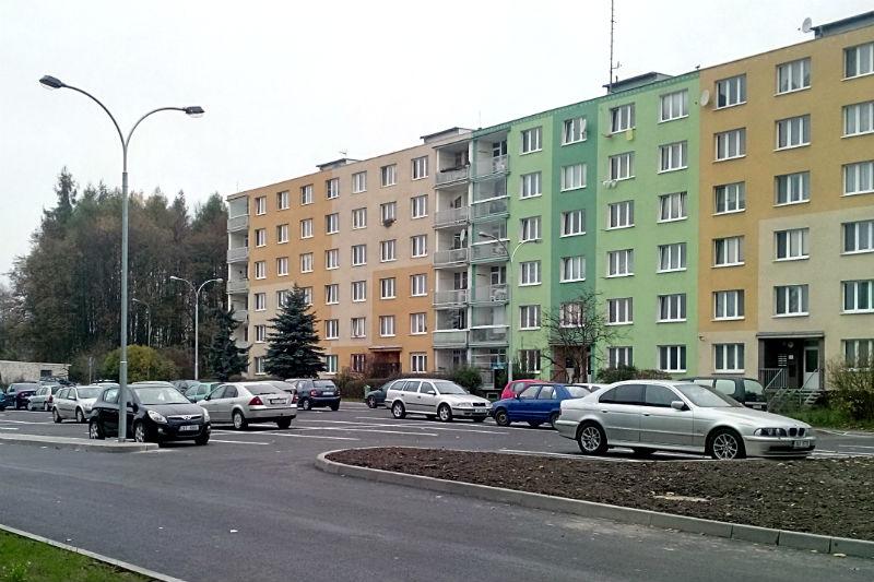 Parkoviště v ulici U Koupaliště. Foto: Martin Polák