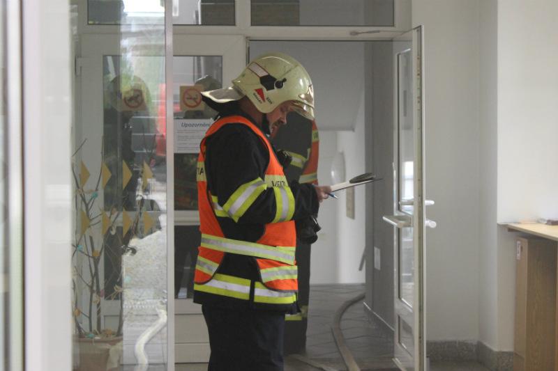 Hasiči při cvičném zásahu na chodovské radnici. Foto: Martin Polák