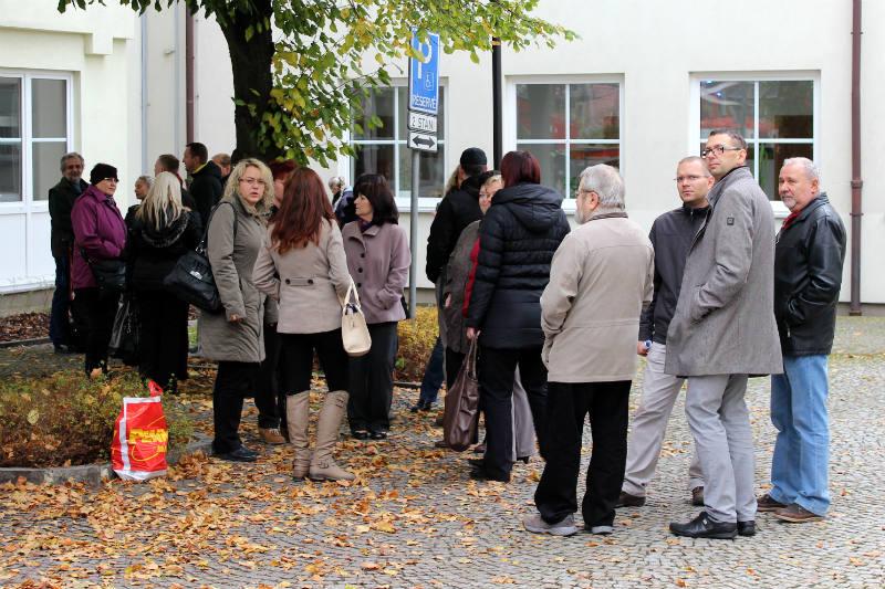 Lidé z kanceláří postávali před budovou. Foto: Martin Polák