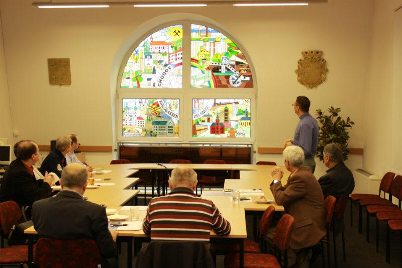 Místostarosta Patrik Pizinger představil prezidiu nové vitrážové okno. Foto: Martin Polák