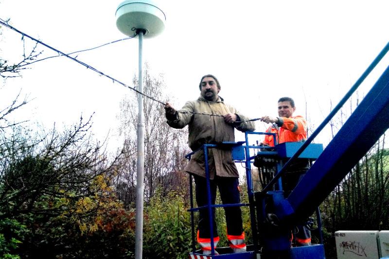 Pracovníci Chodovských technicko-ekologických služeb instalují vánoční výzdobu. Foto: M. Polák