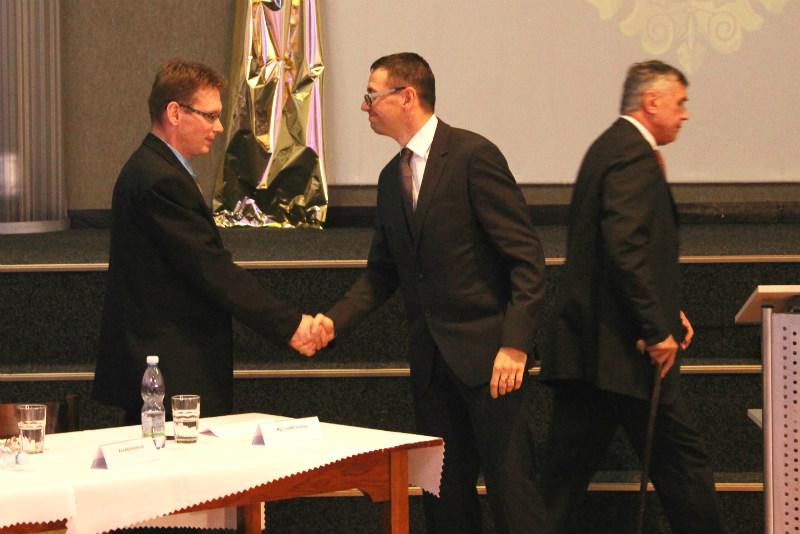 Luďěk Soukup (vlevo) přijímá gratulaci od nového starosty. Foto: Martin Polák