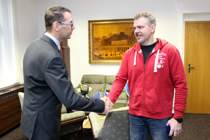 Ke gratulaci se připojil i starosta Chodova Patrik Pizinger. Foto: Martin Polák
