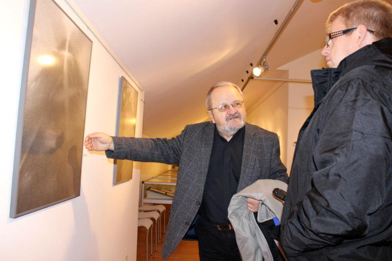Jiří Jun (vpravo) představuje své obrazy. Foto: Jiří Spěváček
