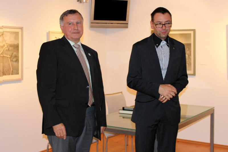 Starosta Chodova Patrik Pizinger (vpravo) na zahájení vernisáže. Foto: Jiří Spěváček