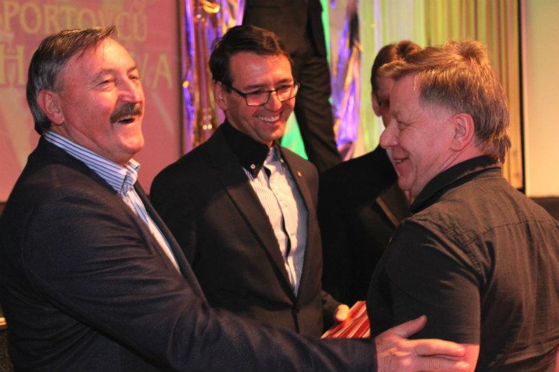 Milan Kovářík přebírá gratulace od Antonína Panenky a Patrika Pizingera. Foto: M. Polák