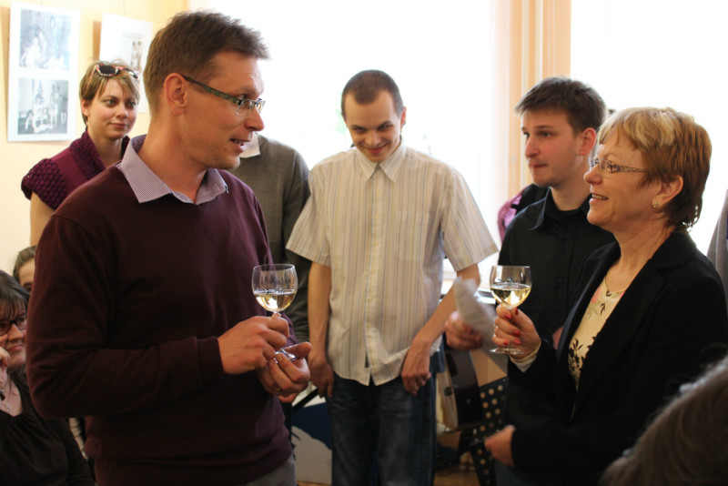 Místostarosta Luděk Soukup (vlevo) si připíjí s ředitelkou Věrou Bráborcovou. Foto: F. Fišer