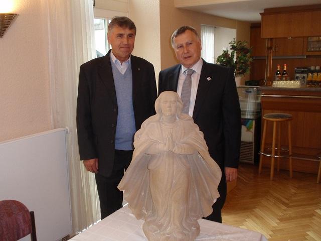 Zhruba rok starý snímek (Josef Hora a Hans - Ludwig Richter) z předání chodovské kopie. Foto: Martin Polák