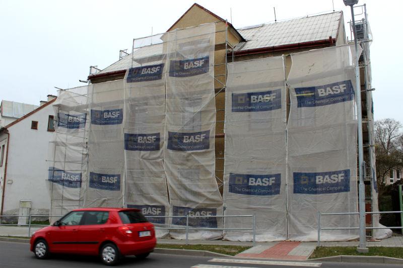 Škola v Nejdecké ulici je už zakrytá ochrannou textilií . Foto: Martin Polák