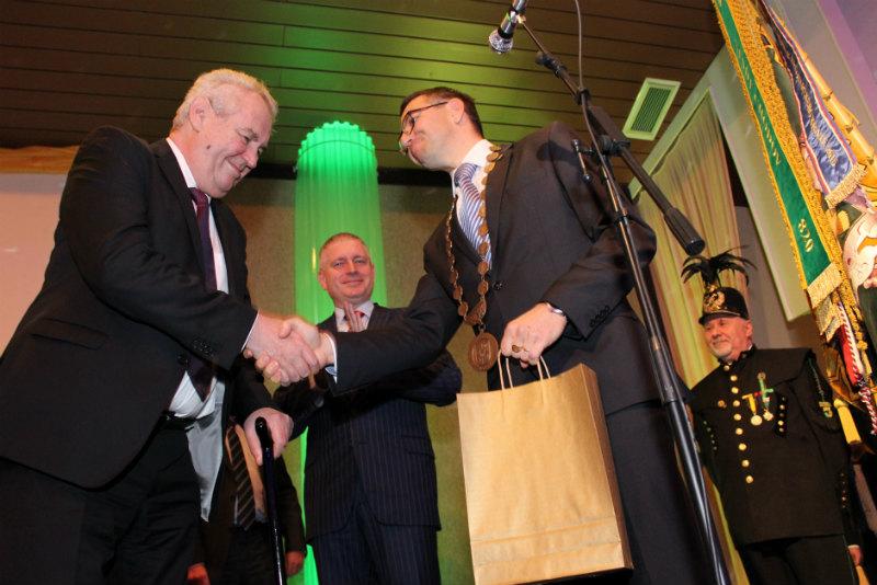 Patrik Pizinger předává prezidentovi dar. Foto: Martin Polák