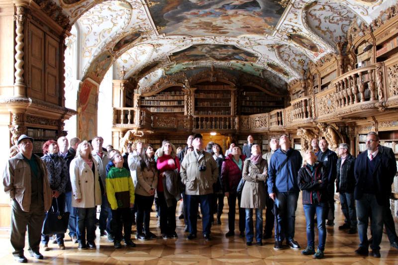 Chodováky uchvátila nádherná historická knihovna s malovanými stropy. Foto: M. Polák