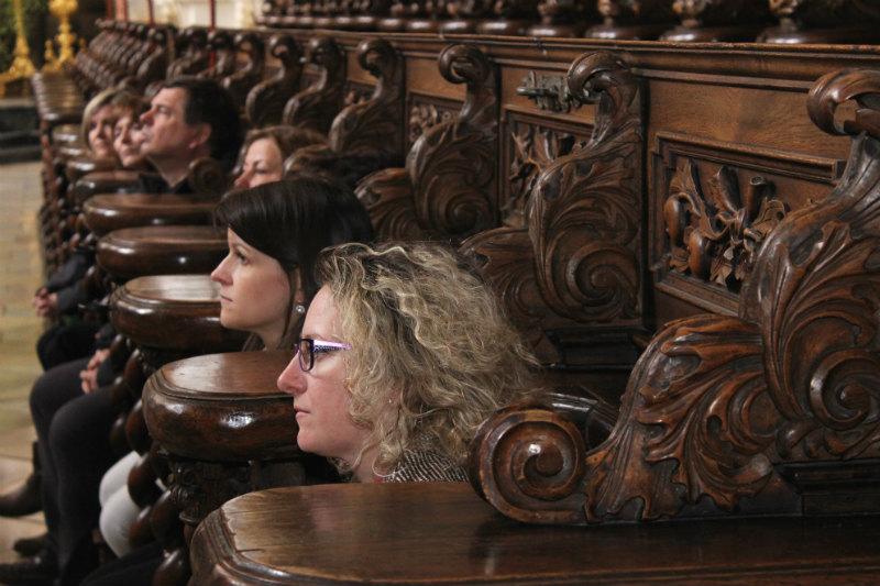 Mistrovsky vyřezávané modlitební lavice pro mnichy v bazilice. Foto: M. Polák