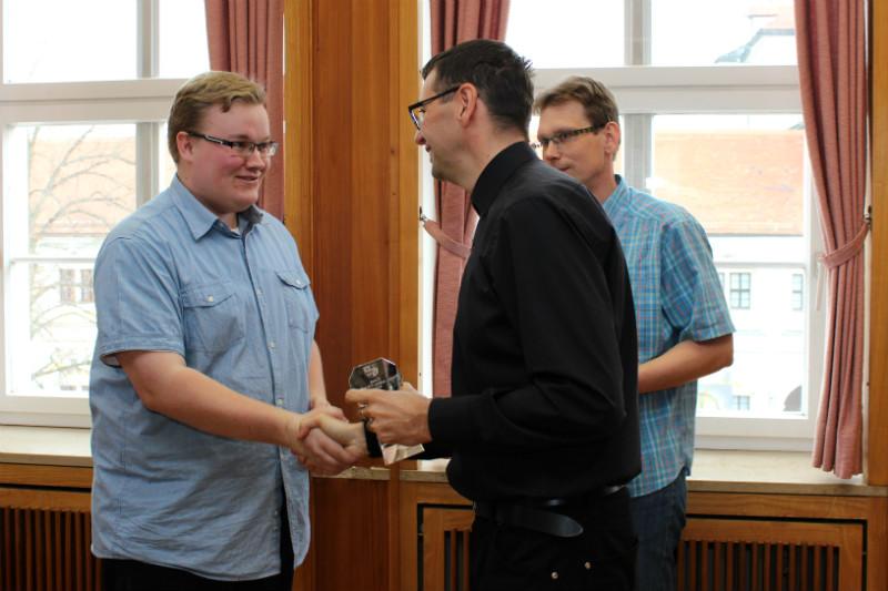 Cenu předával Patrik Pizinger, ke gratulaci se připojil i místostarosta Luděk Soukup. Foto: M. Polák