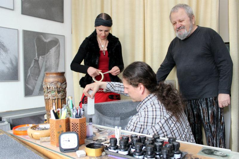 Jiří Jun dohlíží ve svém ateliéru na balení kreseb. Foto: Martin Polák