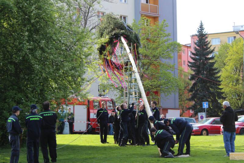 Chodovští hasiči staví májku. Foto: Martin Polák