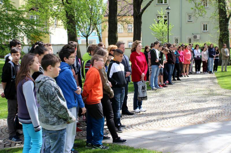 K Památníku obětem válek se přišli podívat i žáci místních základních škol. Foto: M. Polák