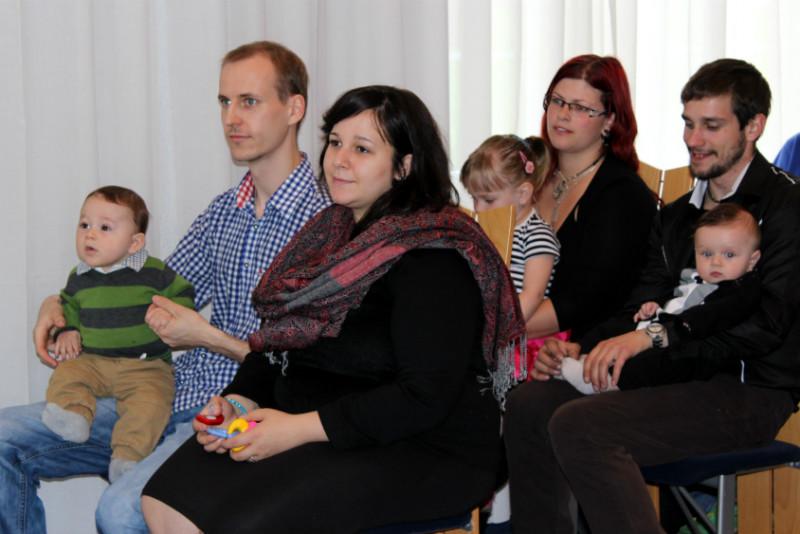 Rodiče sdětmi vchodovské obřadní síni. Foto: Martin Polák