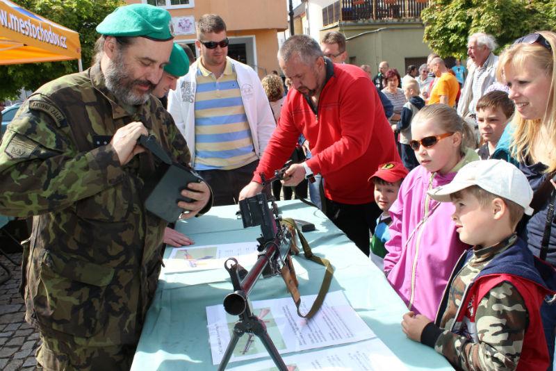 Ukázka zbraní lákala malé i velké. Foto: Martin Polák