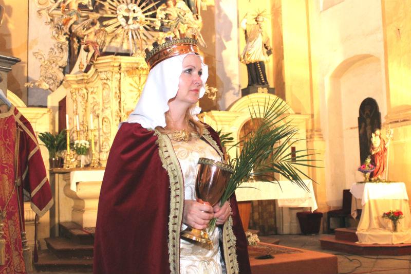 Při vyhlášení výsledků městské výtvarné soutěže asistovala také svatá Barbora. Foto: M. Polák