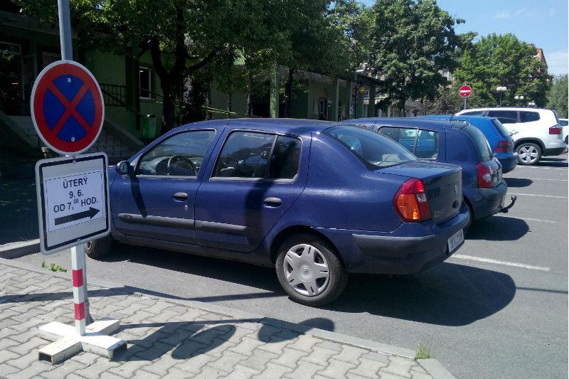 Parkoviště před prodejnou chodovské pekárny. Foto: Martin Polák