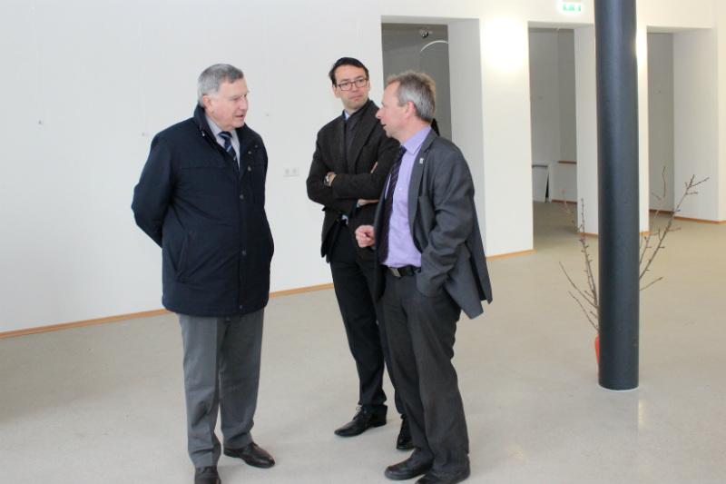 Hans-Ludwig Richter (vlevo) a  Bernd Birkigt (vpravo). Uprostřed stojí starosta Patrik Pizinger. Foto: M. Polák