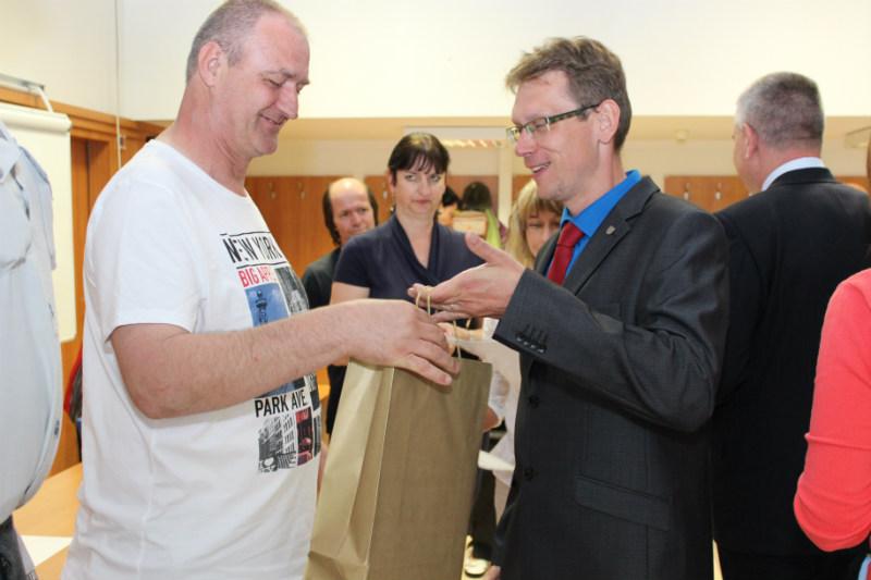 Gratulace od místostarosty přijal také Vlastimil Roffeis (vpravo). Foto: M. Polák