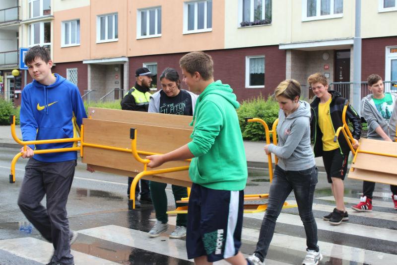 Školáci nesli své lavice a židle za plného provozu. Foto: Martin Polák