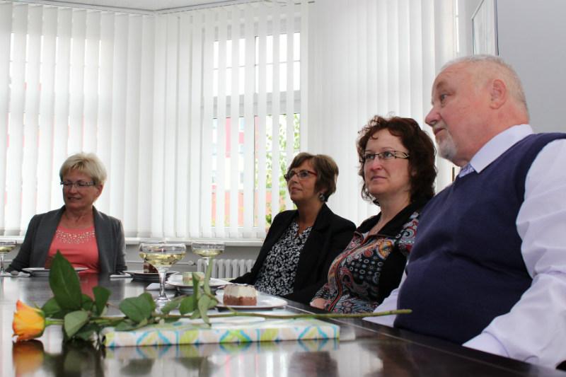Vlasta Sokolová, Eva Andršová, Iva Šípová a Jozef Kováč (zleva) u starosty v kanceláři. Foto: M. Polák
