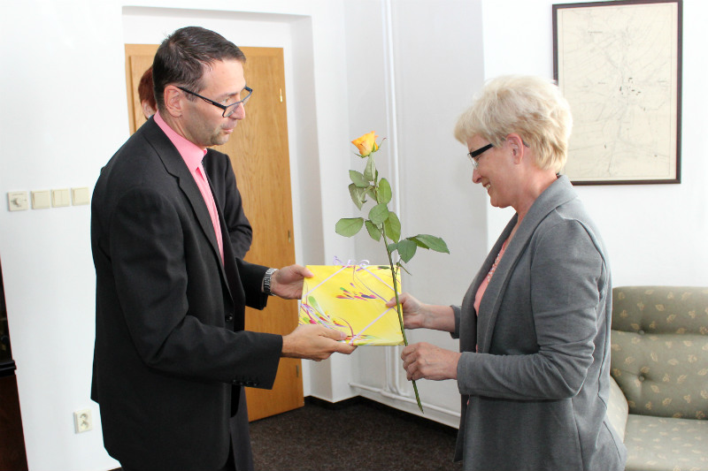 Starosta předává drobné dárky a růži Vlastě Sokolové. Foto: Martin Polák