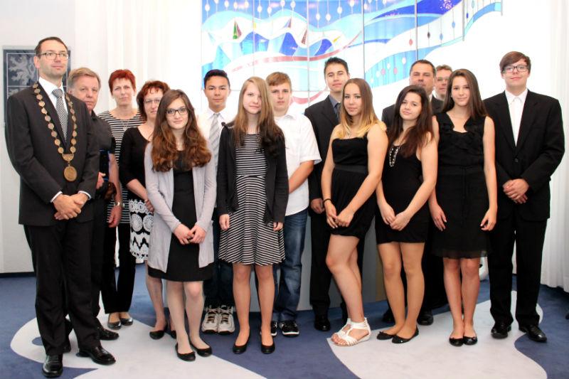 Premianti s řediteli škol a představiteli Chodova. Foto: Martin Polák