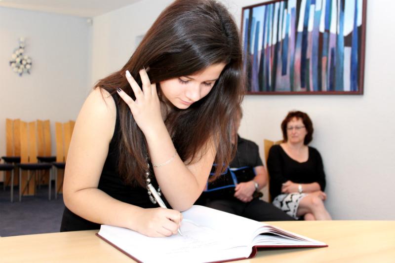 Školáci se podepisovali do pamětní knihy. Foto: Martin Polák