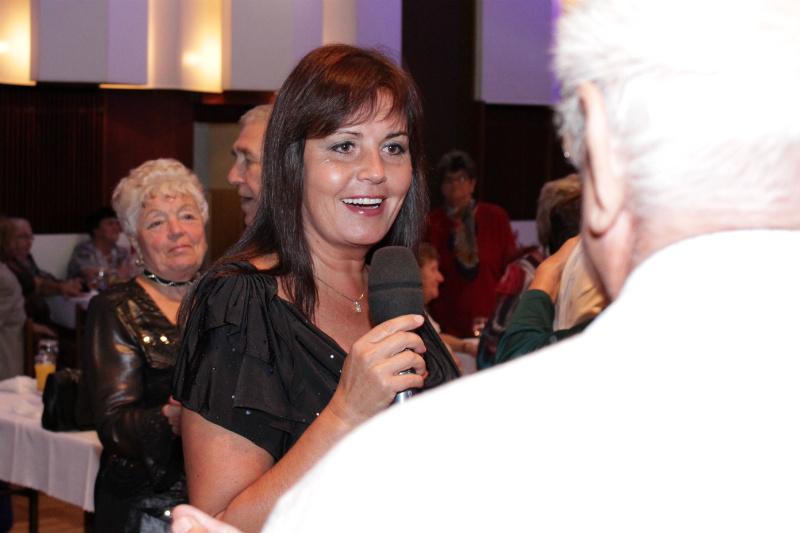 Zpěvačka z dua Eva a Vašek zpívala přímo mezi seniory. Foto: Martin Polák