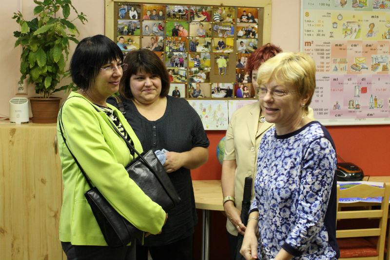 Návštěvníky, včetně zástupců města, po Mateřídoušce provedla ředitelka Věra Bráborcová (vpravo). Foto: M. Polák