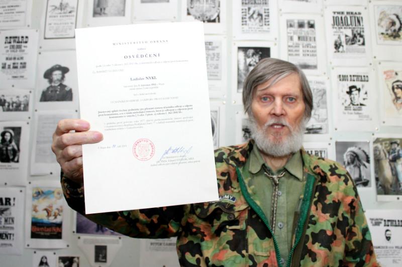 Frank s vytouženým osvědčením o odboji. Foto: Martin Polák