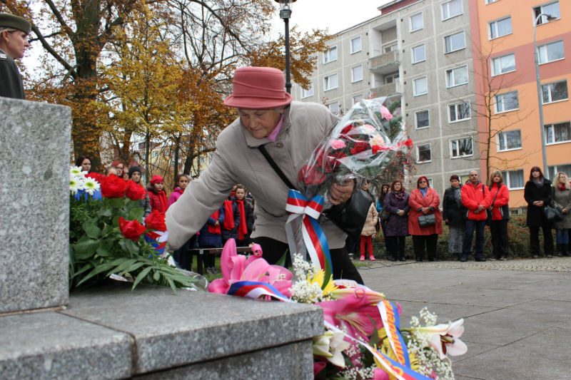 Přítomní položili k památníku věnce i květiny. Foto: Martin Polák